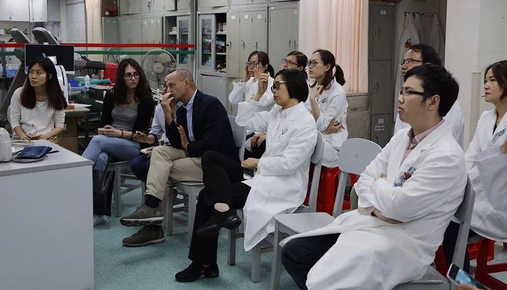 法比奥•贝洛托教授(前排右三)、郭兰教授(前排右二)、茱莉亚•本多尼医学博士(前排左二)等专家认真倾听。