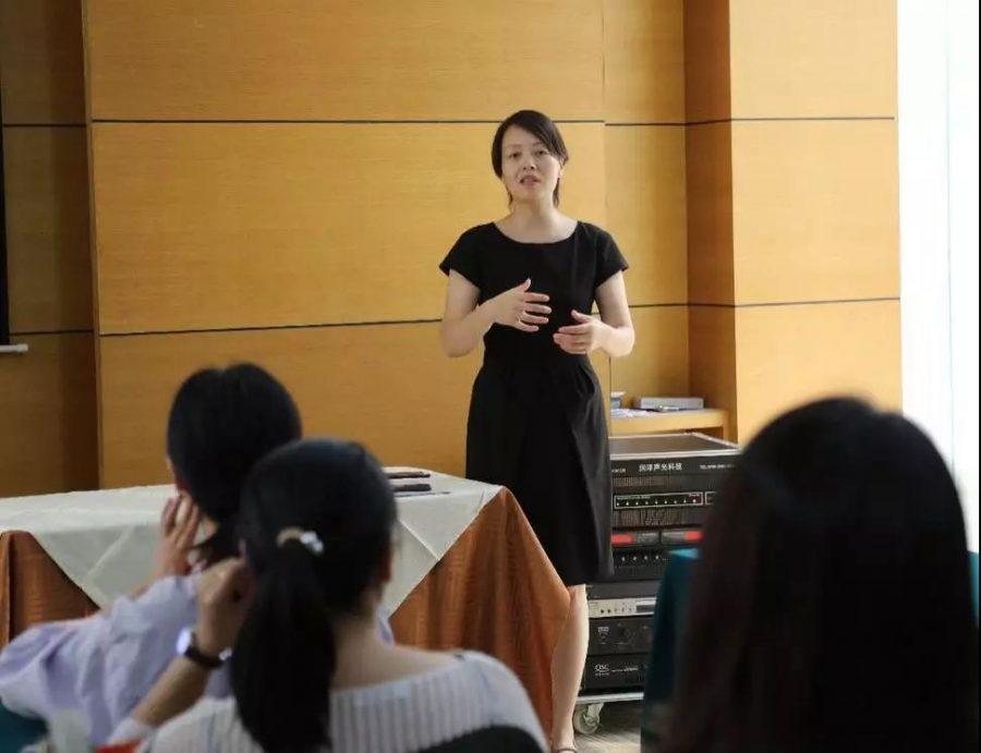 中国三甲名院妇科名医贾卫娟教授为嘉宾阐释女人健康年轻与卵巢的关系,正确维护卵巢机能健康,就能防止断崖衰老,享受健康年轻。